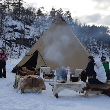Warm drinks on open fire - Hardangerfjord in a nutshell winter tour by Fjord Tours - Eidfjord, Norway